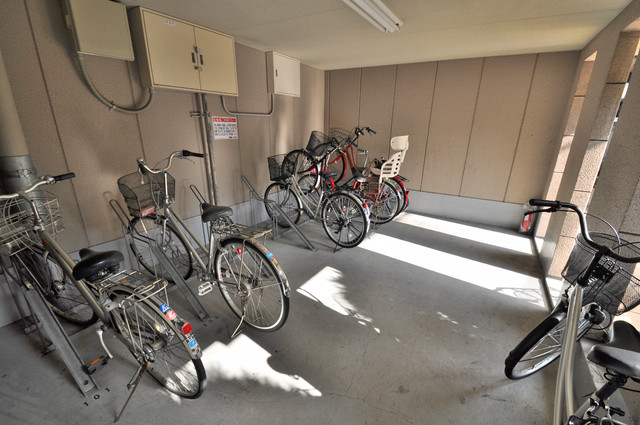 ロンモンターニュ小阪 1階には駐輪場があります。屋内なので、雨の日も安心ですね。