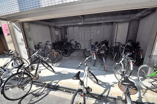 ホワイティ大今里 屋根付きの駐輪場は大切な自転車を雨から守ってくれます。