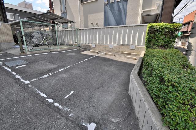 レジェーロ永和 敷地内にある駐車場。愛車が目の届く所に置けると安心ですよね。