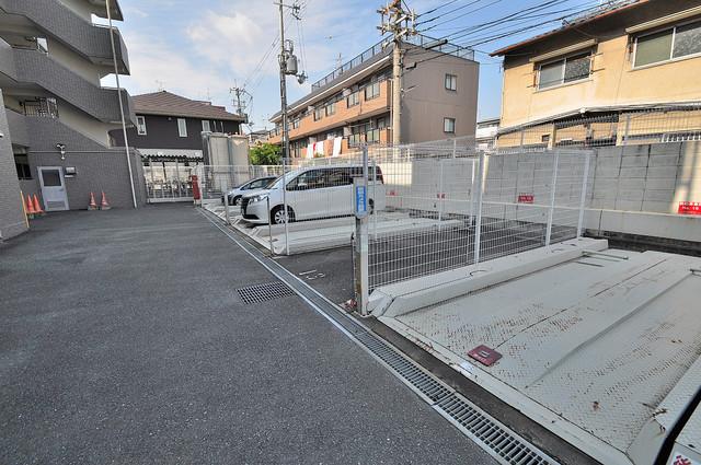 ソレアード三貴 敷地内にある駐車場。愛車が目の届く所に置けると安心ですよね。