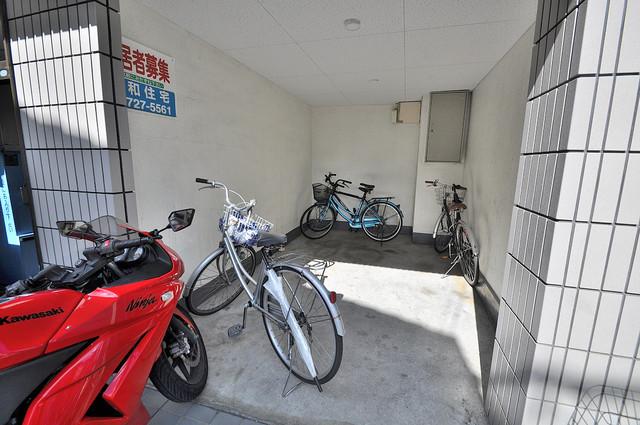 YOUハイム寿Ⅱ番館 屋根付きの駐輪場は大切な自転車を雨から守ってくれます。