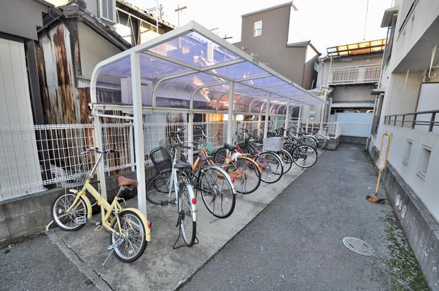 ハイクレールみと 敷地内にある専用の駐輪場。雨の日にはうれしい屋根つきです。