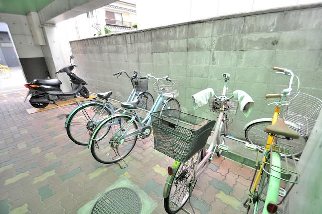 パラシオ利川 敷地内にある専用の駐輪場。雨の日にはうれしい屋根つきです。