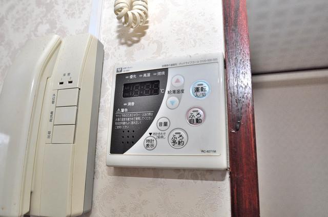 ルシード小阪 給湯リモコン付。温度調整は指1本、いつでもお好みの温度です。