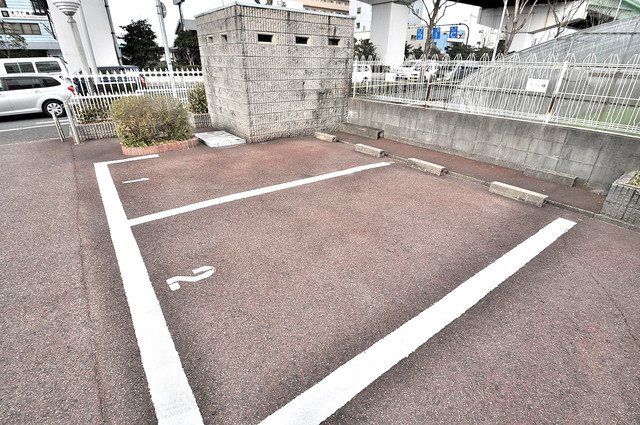 ブルーメンハウス 敷地内にある駐車場。愛車が目の届く所に置けると安心ですよね。