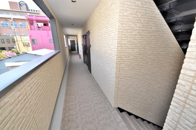 ブライト近大前 玄関まで伸びる廊下がきれいに片づけられています。
