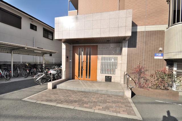 リバーサイド金岡六番館 オシャレなエントランスは安心のオートロック完備です。