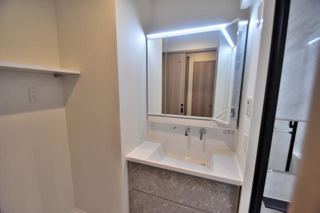 PHOENIX Clove Tomoi 独立した洗面所には洗濯機置場もあり、脱衣場も広めです。