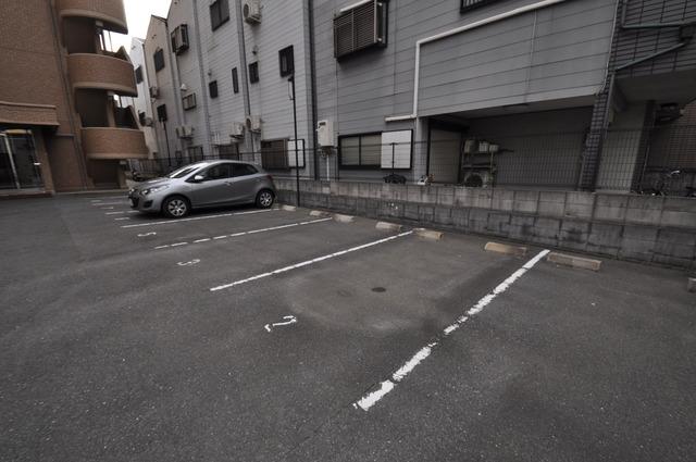 Grace Court 敷地内にある駐車場。愛車が目の届く所に置けると安心ですよね。