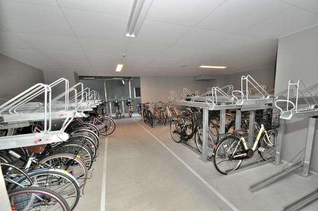 エスリード大阪上本町ブランシュ 屋内にある駐輪場は大切な自転車を雨から守ってくれます。