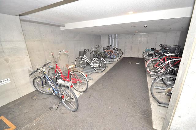 グレンパーク中川 敷地内にある専用の駐輪場。雨の日にはうれしい屋根つきです。