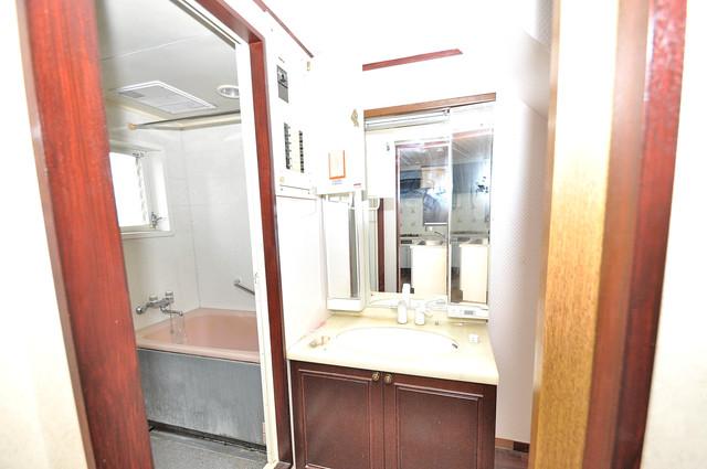 ルシード小阪 独立した洗面所には洗濯機置場もあり、脱衣場も広めです。