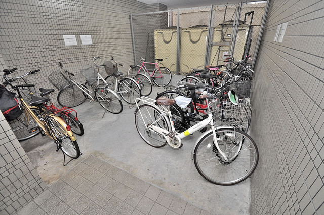 ゴッドフィールド今里 屋内にある駐輪場は大切な自転車を雨から守ってくれます。