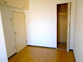 玄関側5帖の洋室(フローリング)