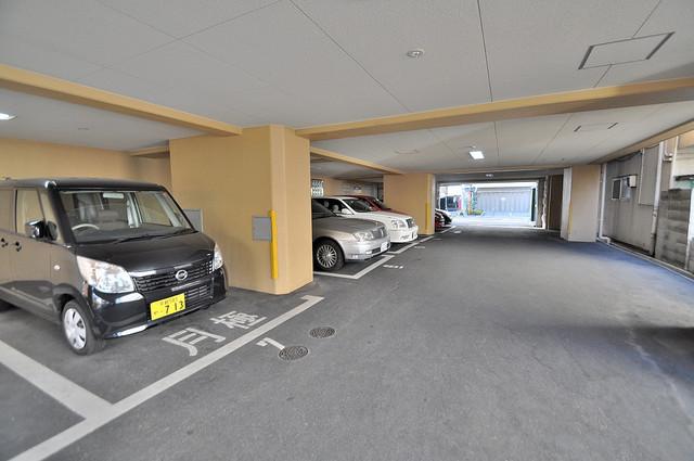 サイプレス小阪駅前 建物1階は駐車場になっています。雨の日濡れないのが嬉しいですね。
