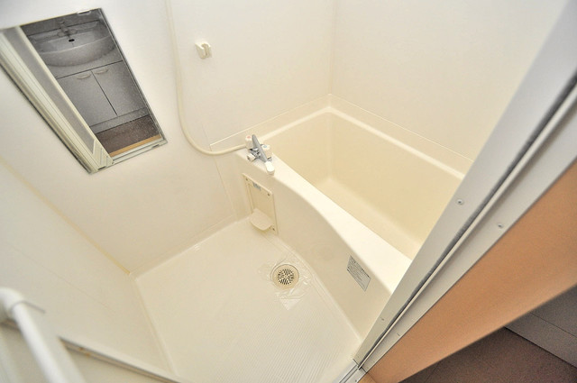 ラトゥール長瀬 機能的なバスルームはトイレと別々なので、広々としていますよ。