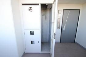 玄関脇のトランクルーム。こういった収納が便利です