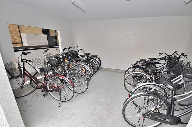 グランミサ公園前 屋内にある駐輪場は大切な自転車を雨から守ってくれます。