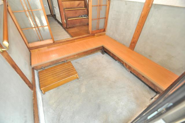 若江本町4-8-40貸家 素敵な玄関は毎朝あなたを元気に送りだしてくれますよ。
