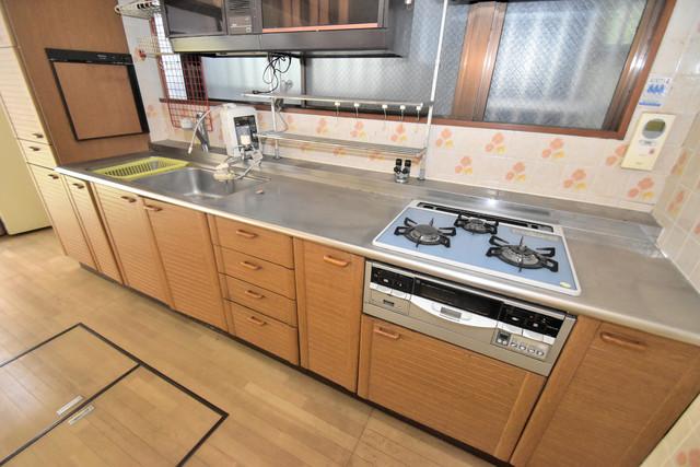 ロイヤル丸文 システムキッチンは広々と使えて、お料理が楽しくなります。