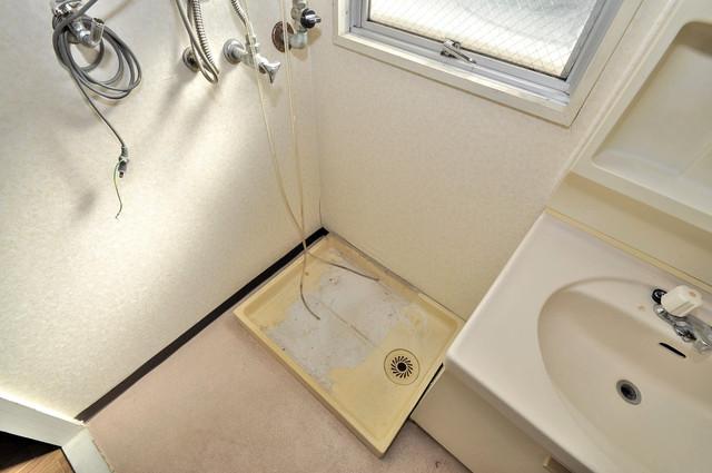 ニューハイツアサヒ 嬉しい室内洗濯機置場。これで洗濯機も長持ちしますね。