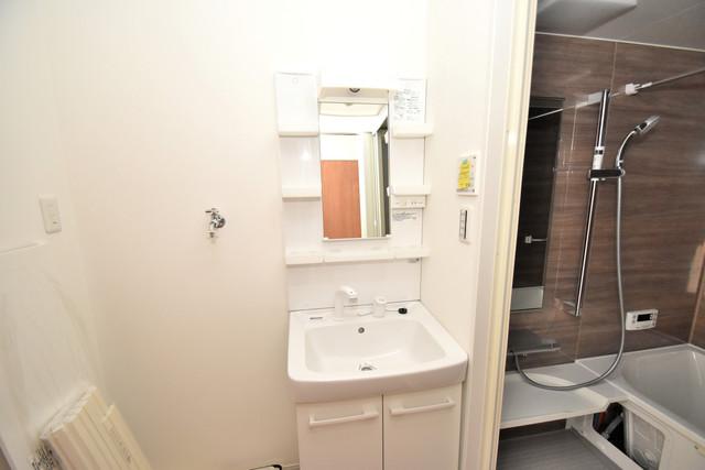 リビングライフ長瀬 独立した洗面所には洗濯機置場もあり、脱衣場も広めです。