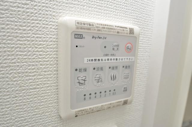 アドバンス大阪バレンシア 浴室乾燥機がついていますよ。