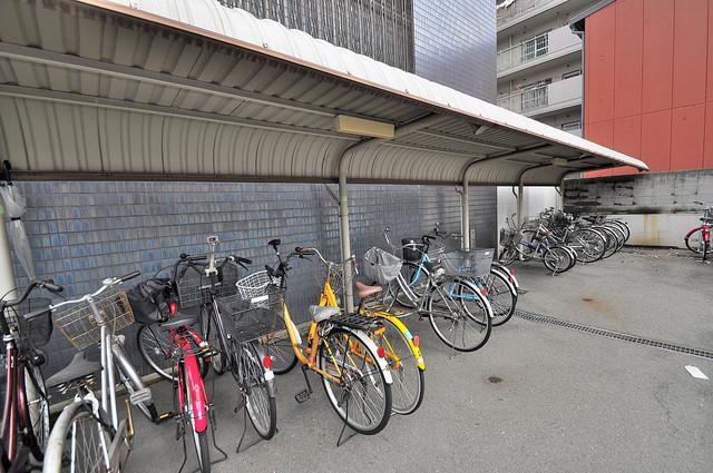 高井田青山ビル 屋根付きの駐輪場は大切な自転車を雨から守ってくれます。