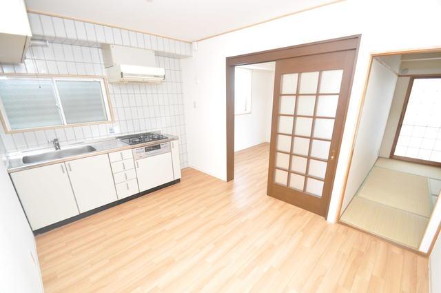 ゴッドフィールドⅡ 白を基調としたリビングはお部屋の中がとても明るいですよ。