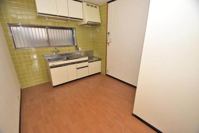 巽北1-29-14 貸家 広くて明るいリビングはご家族全員がリラックスできる空間。