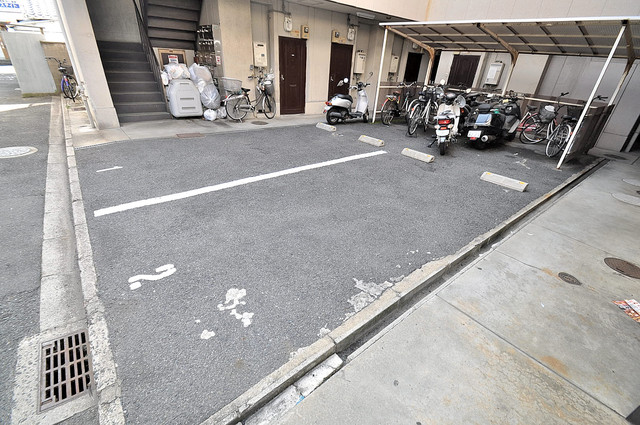 サンハイツたかだ 敷地内にある駐車場。愛車が目の届く所に置けると安心ですよね。