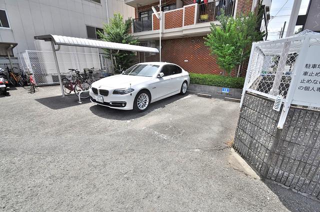 グランドメゾン樋口 敷地内にある駐車場。愛車が目の届く所に置けると安心ですよね。