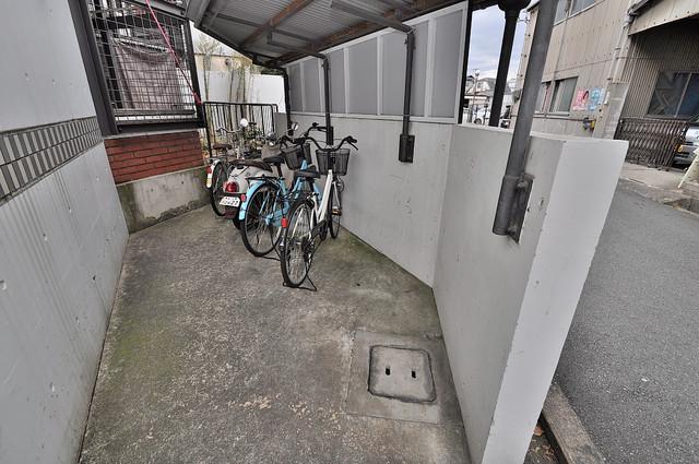 新星ビル上小阪 敷地内にある専用の駐輪場。雨の日にはうれしい屋根つきです。