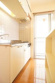 キッチンスペース。便利な棚付き