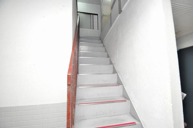 プレアール小阪 2階に伸びていく階段。この建物にはなくてはならないものです。