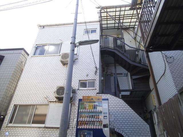 建物右側が入口となっています