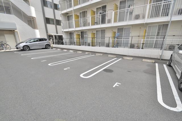 Social Village(ソシアル ビレッジ) 敷地内には駐車場があり安心ですね。