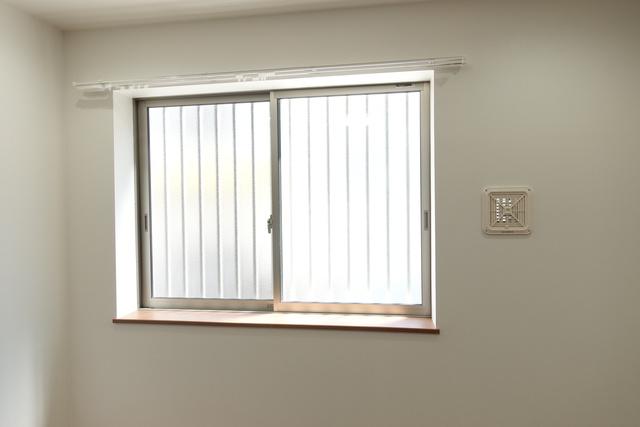 窓付きで明るい室内