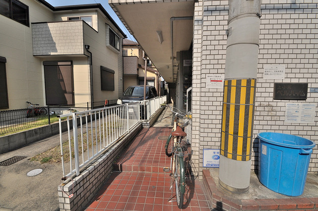 ベルハイム上小阪 エントランス周辺はいつもキレイに片付けられています。