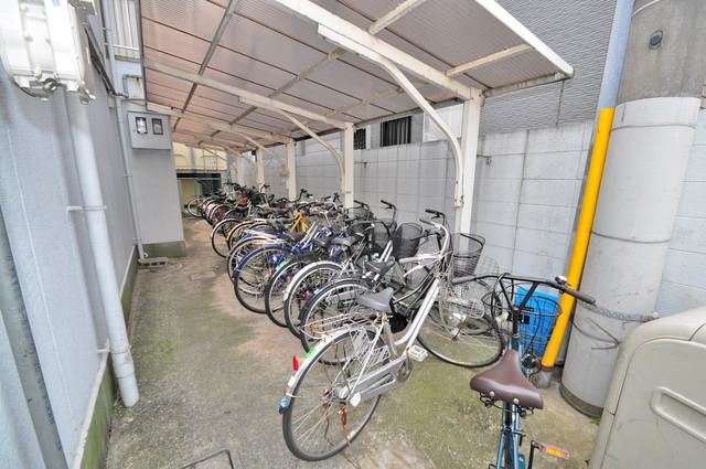 アリタマンション長瀬 敷地内にある専用の駐輪場。雨の日にはうれしい屋根つきです。