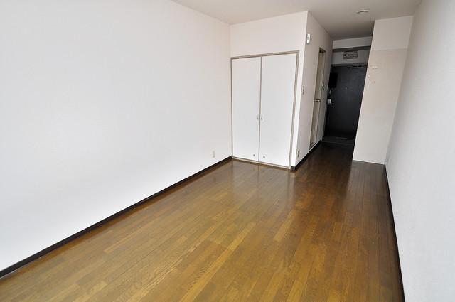 東大阪市上小阪4丁目の賃貸マンション 広めのリビングはゆったりくつろげる癒しの空間です。
