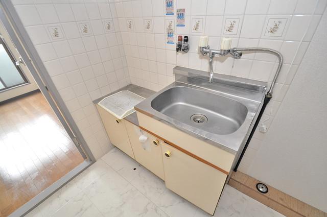 新深江ツリガミビルパートⅠ シンプルなキッチンです。あなた好みのコンロを置いてくださいね。