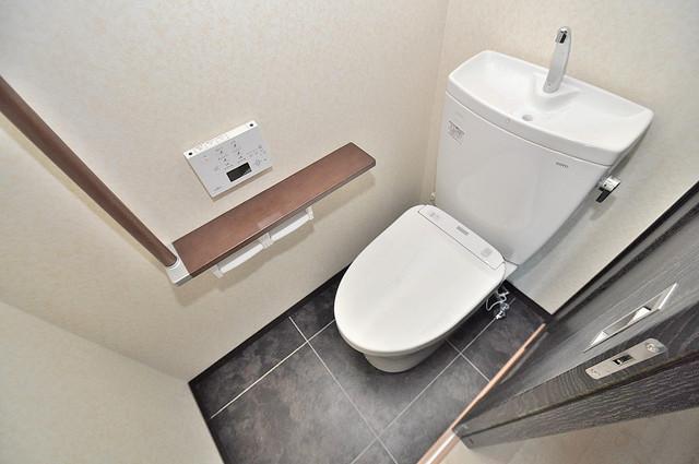 プレシオ小阪 広いトイレはウォシュレット完備で、収納も充実しています。