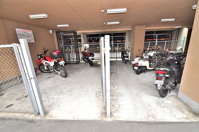 イマザキマンションエヌワン 屋内にある駐輪場は大切な自転車を雨から守ってくれます。