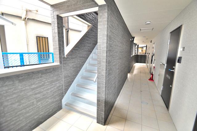 セントロイエルSeifu 玄関まで伸びる廊下がきれいに片づけられています。