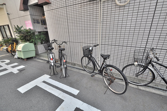 メゾンモア ここにみなさん自転車を置いています。