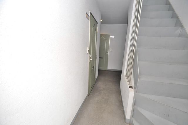 雅ハイツⅠ 玄関まで伸びる廊下がきれいに片づけられています。