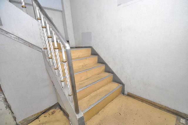 キャピタル今里 2階に伸びていく階段。この建物にはなくてはならないものです。