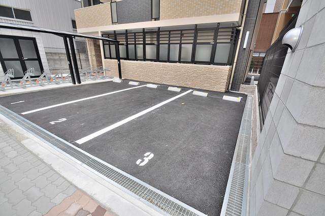 クレスト新今里 敷地内には駐車場があり安心ですね。
