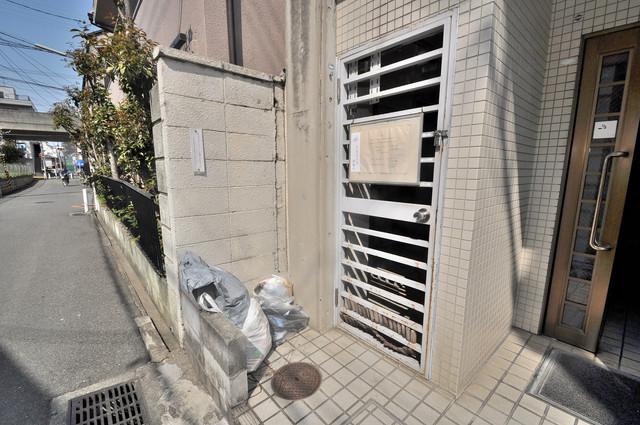 ロイヤルシード小阪 敷地内に有り、時間を気にせず出せるごみ置き場。